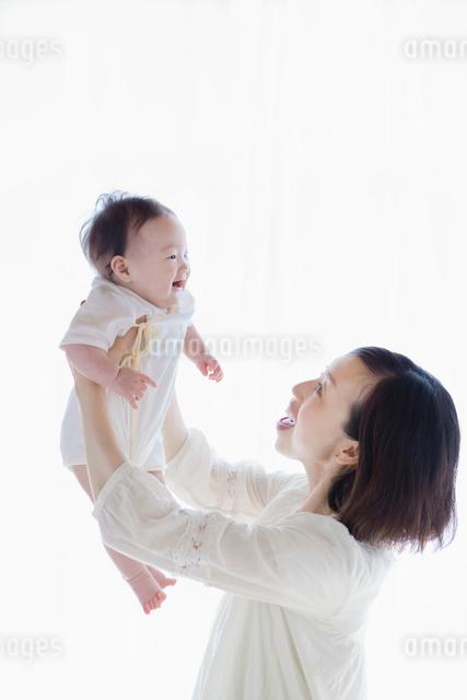 赤ちゃんを抱き上げる母親の写真素材 [FYI01571781]