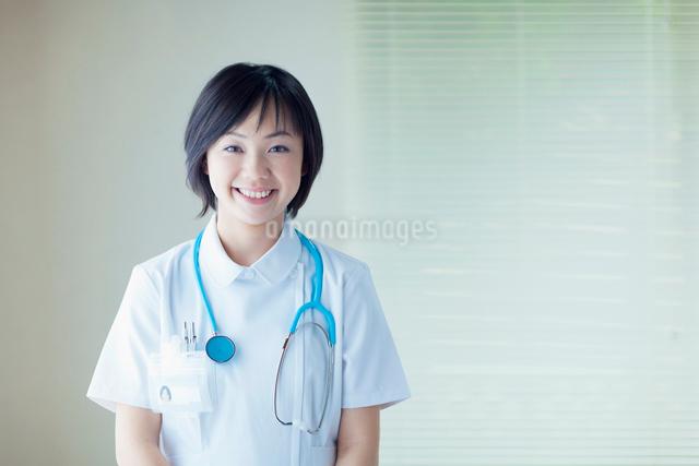 聴診器を首にかけた看護師の写真素材 [FYI01571806]