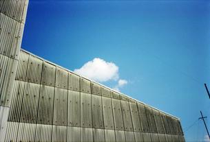 スレートの建物と青空と白い雲の写真素材 [FYI01571882]