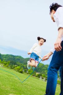 縄跳びをして遊ぶ日本人の父と娘の写真素材 [FYI01571902]
