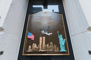マンハッタン消防署に飾られる世界同時テロ殉職者の追悼記念碑の写真素材 [FYI01571951]