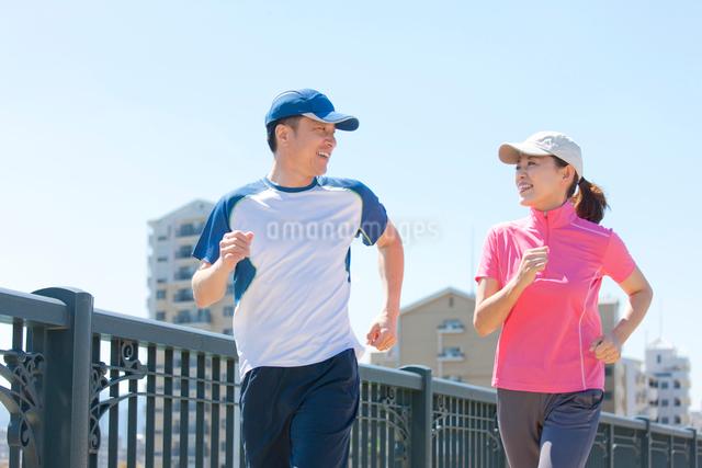 ジョギングをする日本人カップルの写真素材 [FYI01571982]