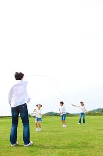縄跳びをして遊ぶ日本人家族の写真素材 [FYI01571987]