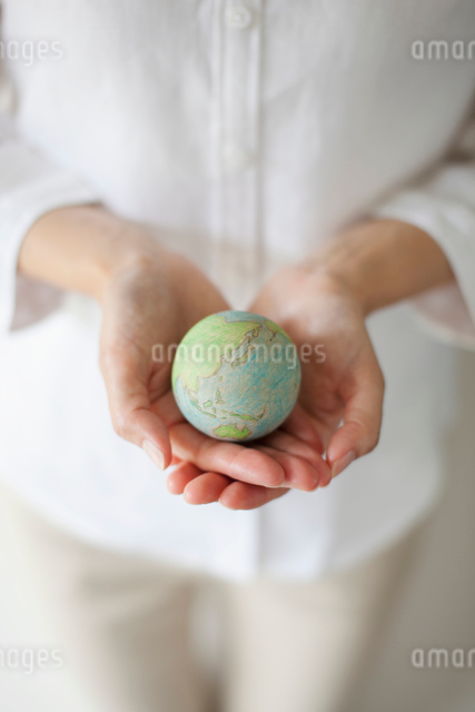 地球儀を持つ女性の手の写真素材 [FYI01572036]