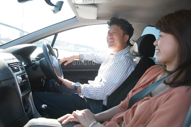 車に乗る日本人カップルの写真素材 [FYI01572045]
