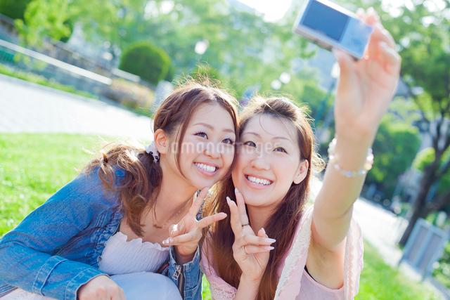 笑顔で写真を撮る2人の日本人女性の写真素材 [FYI01572059]