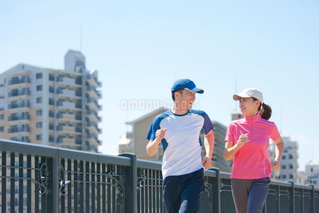 ジョギングをする日本人カップルの写真素材 [FYI01572077]