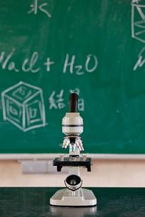 顕微鏡と黒板の写真素材 [FYI01572103]