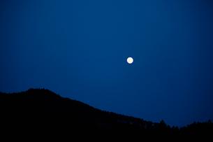 夜空に浮かぶ月と山の写真素材 [FYI01572120]
