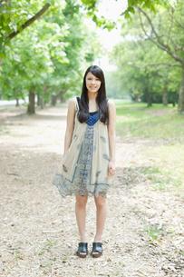 新緑の並木に立つ日本人女性の写真素材 [FYI01572139]