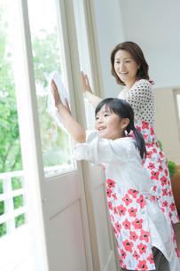 窓拭きをする日本人の母と娘の写真素材 [FYI01572202]