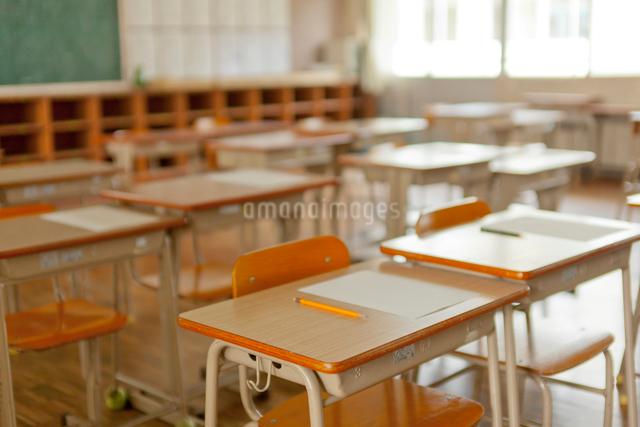 教室の机と椅子の写真素材 [FYI01572217]