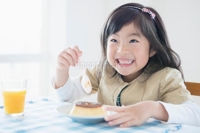 プリンを食べる日本人の女の子の写真素材 [FYI01572297]
