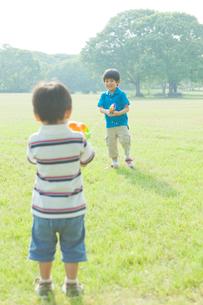 水鉄砲で遊ぶ日本人兄弟の写真素材 [FYI01572375]