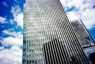 ビル影を映すビルと青空の写真素材 [FYI01572416]