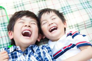 笑顔の日本人兄弟の写真素材 [FYI01572437]
