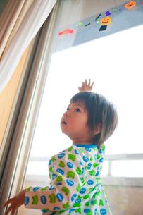 窓辺に立つ日本人の男の子の写真素材 [FYI01572489]