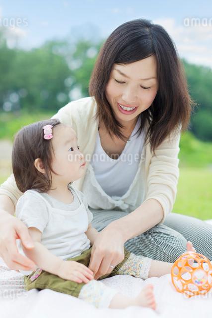 娘の服を整える母の写真素材 [FYI01572497]
