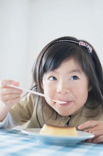 プリンを食べる日本人の女の子の写真素材 [FYI01572524]