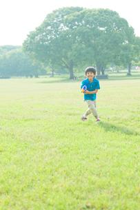 水鉄砲で遊ぶ日本人の男の子の写真素材 [FYI01572538]
