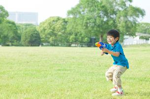 水鉄砲で遊ぶ日本人の男の子の写真素材 [FYI01572564]