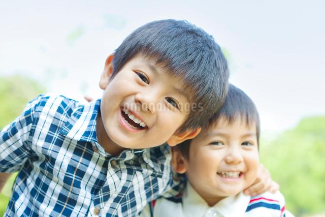 笑顔の日本人兄弟の写真素材 [FYI01572576]