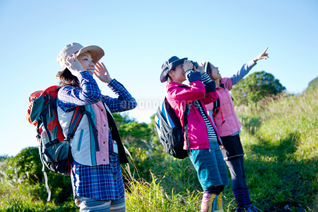 トレッキングを楽しむ3人の日本人女性の写真素材 [FYI01572583]