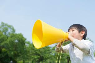 メガホンを持って叫ぶ日本人の男の子の写真素材 [FYI01572599]