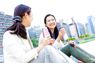タンブラーを持って笑う2人の女性の写真素材 [FYI01572621]