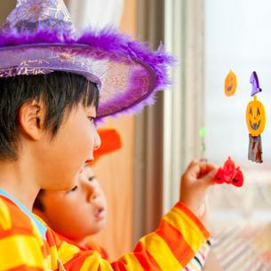 ハロウィンの格好をして遊ぶ兄弟の写真素材 [FYI01572633]