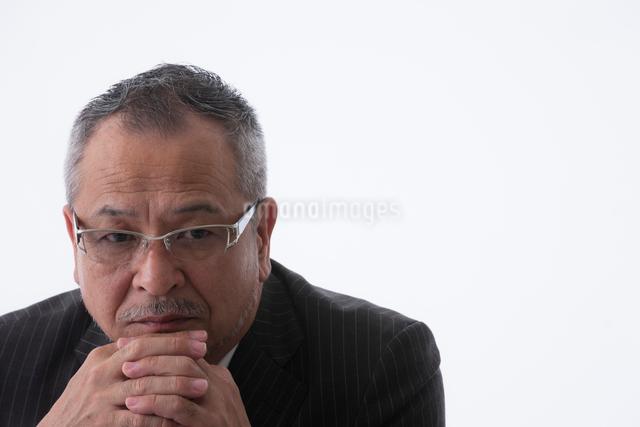 頬杖をつく日本人ビジネスマンの写真素材 [FYI01572637]