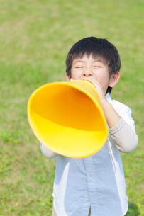 メガホンを持った日本人の男の子の写真素材 [FYI01572645]