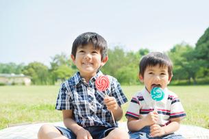 キャンディを持った日本人兄弟の写真素材 [FYI01572659]