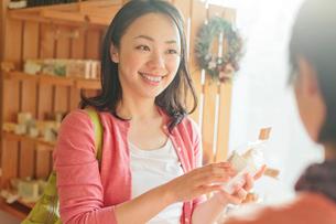 ショッピングをする日本人女性の写真素材 [FYI01572788]