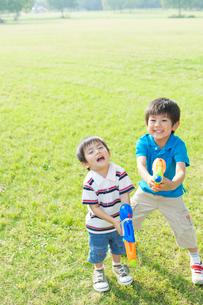水鉄砲で遊ぶ日本人兄弟の写真素材 [FYI01572809]