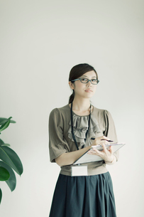 ファイルを持った女性の写真素材 [FYI01572825]