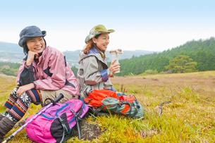山で休憩をとる2人の女性の写真素材 [FYI01572831]
