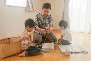 新聞の整理をする親子の写真素材 [FYI01572838]