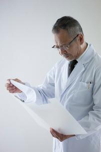 白衣を着た医者の写真素材 [FYI01572854]