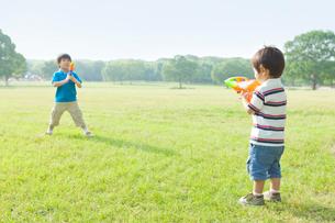 水鉄砲で遊ぶ日本人兄弟の写真素材 [FYI01572984]