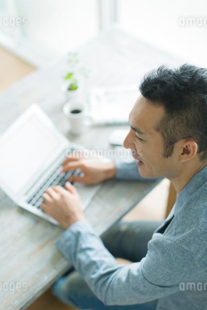 ノートパソコンをする男性の写真素材 [FYI01572998]