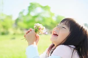 花束を持って笑う女の子の写真素材 [FYI01573000]