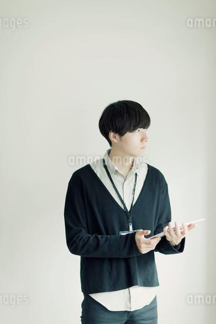 タブレットPCを持った男性の写真素材 [FYI01573021]