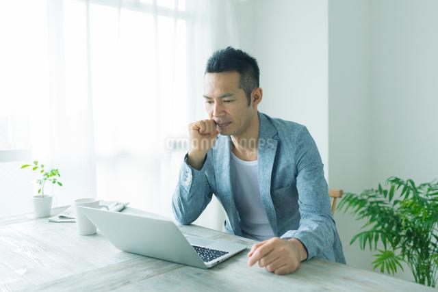ノートパソコンに向かう男性の写真素材 [FYI01573065]
