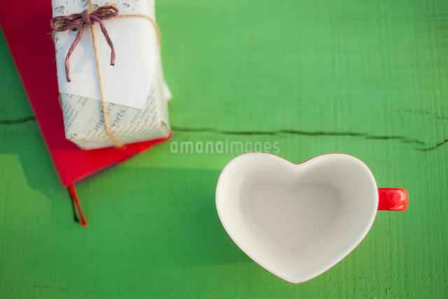 ハートのコーヒーカップとプレゼントボックスの写真素材 [FYI01573079]