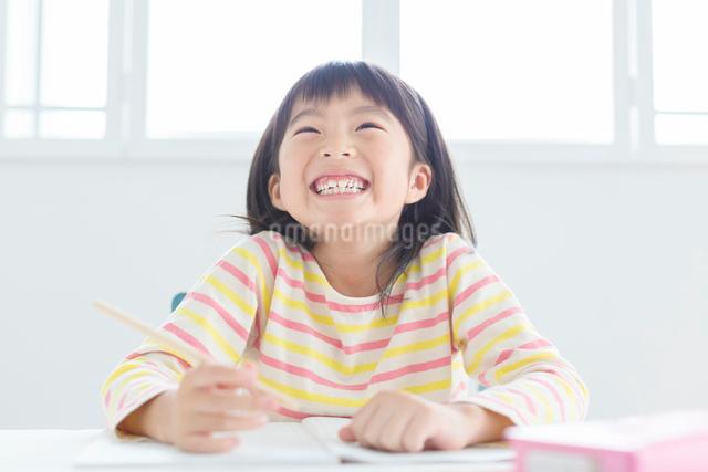 勉強する小学生の女の子の写真素材 [FYI01573129]