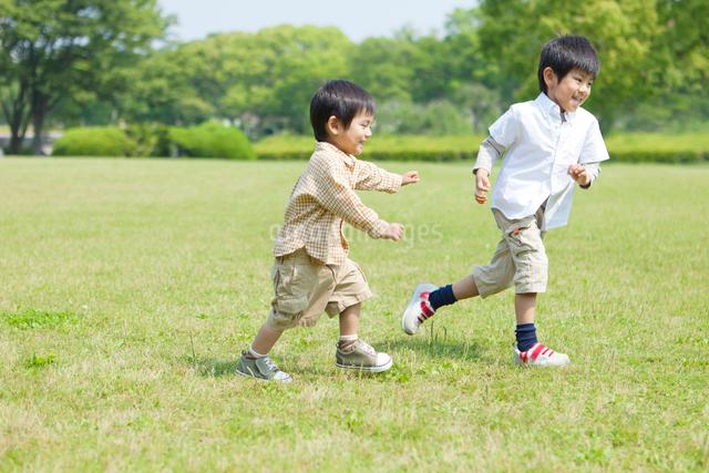 サッカーボールで遊ぶ日本人兄弟の写真素材 [FYI01573150]