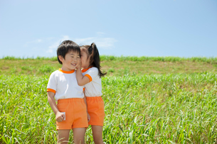 耳打ちをする体操服姿の幼稚園児の写真素材 [FYI01573163]