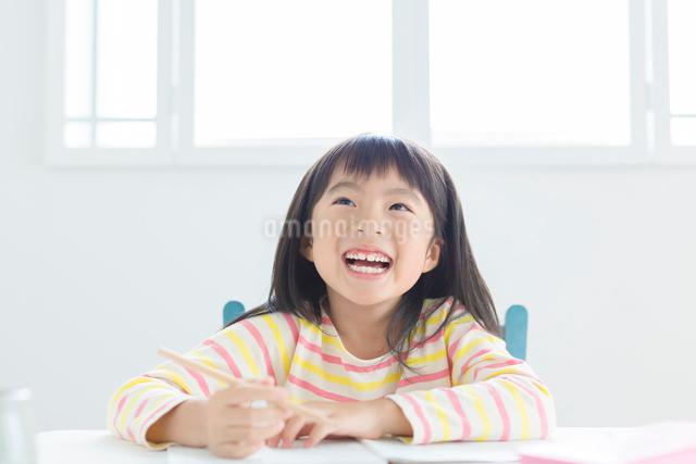 勉強する小学生の女の子の写真素材 [FYI01573168]