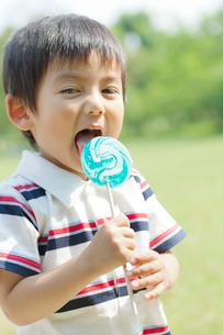 キャンディを舐める日本人の男の子の写真素材 [FYI01573178]